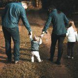 adulto-afecto-agruparse-al-aire-libre-1682497